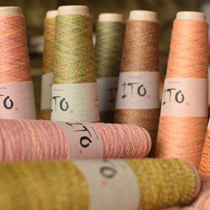 Pereinančių spalvų mezgimo siūlai ITO Niji