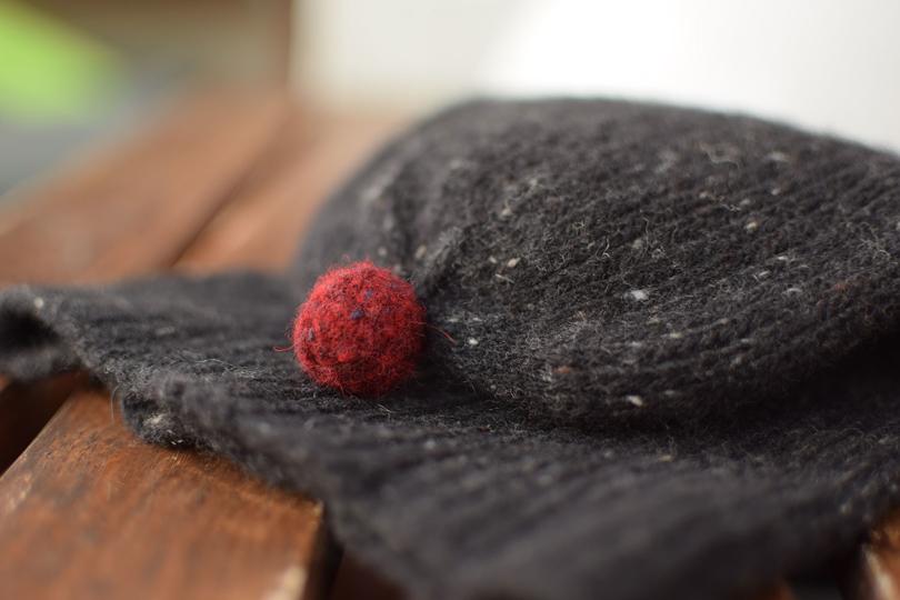 Raudonas kliackas - kepurė megzta iš Galanta tweed