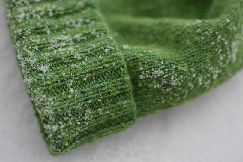 Baltas kliackas žalioj pievoj